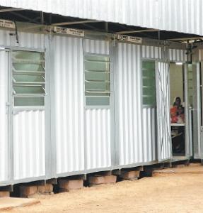 Escola de lata, onde as crianças são submetidas a temperaturas próximas de 40 oC
