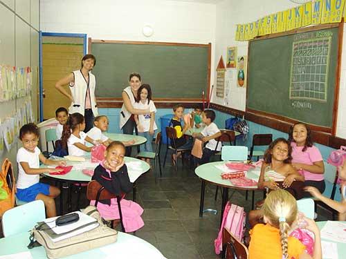 Protegendo seus filhos da gripe na volta às aulas » Crianças em sala de aula 74eda77aa7c14