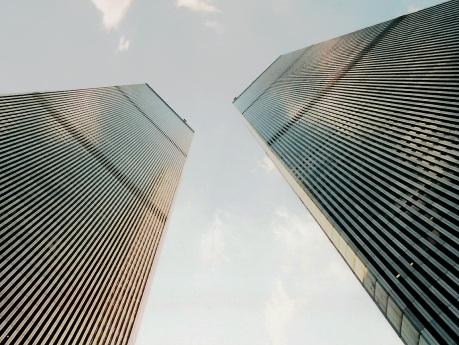 A imponência do World Trade Center (ruínas em apenas uma hora após ser atacado)