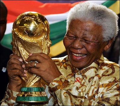 nelson_mandela_world_cup_trophy (Nelson Mandela com a taça da copa do mundo de futebol